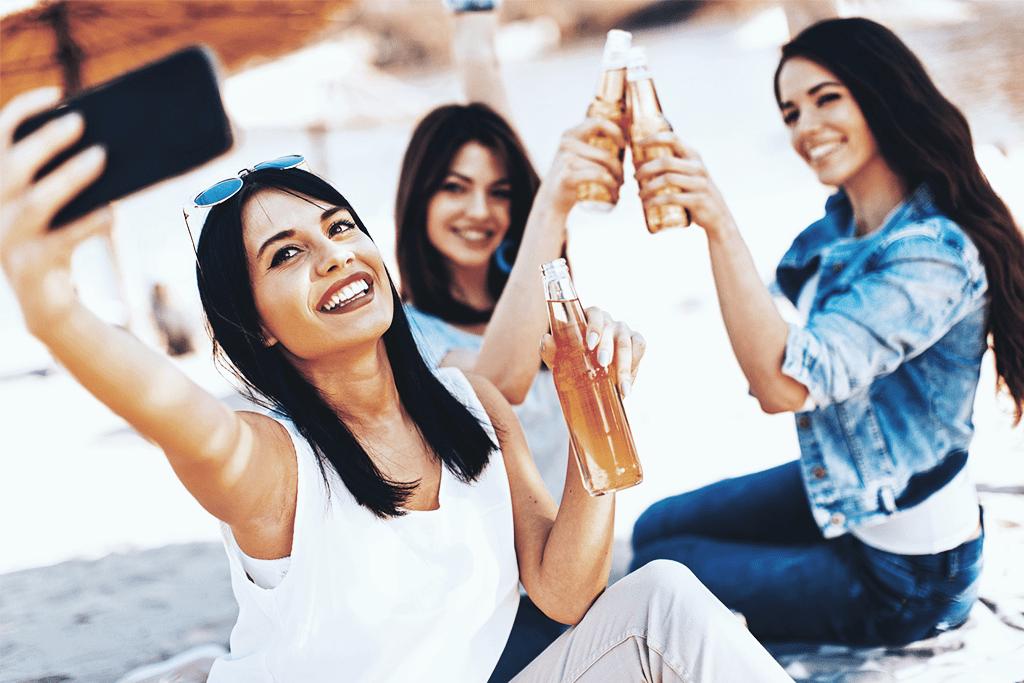 Trzy kobiety robiące sobie zdjęcie podczas spotkania.