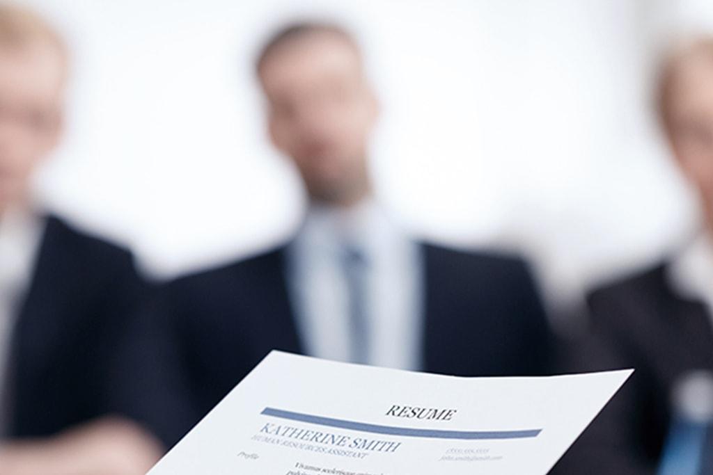 Komisja rekrutacyjna przyjmująca CV.